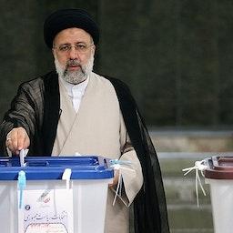 الرئيس الإيراني المنتخب إبراهيم رئيسي يصوّت في طهران يوم 18 يونيو/ حزيران 2021 (تصوير مقداد مدادي عبر وكالة تسنيم للأنباء)