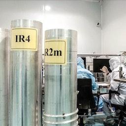 باحثون يعملون في شركة تكنولوجيا الطرد المركزي الإيرانية في 20 مايو/أيار 2019. (الصورة عبر وكالة تسنيم للأنباء)