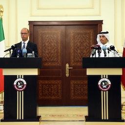 معاون نخستوزیر و وزیر امورخارجهی قطر، در یک کنفرانس مطبوعاتی مشترک با وزیر امورخارجهی ایتالیا؛ دوحه، ۱۱ مرداد ۱۳۹۶/ ۲ اوت ۲۰۱۷. (عکس از گتی ایمیجز)