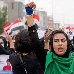 زن عراقی با مشت گرهکرده، در اعتراضات ضد دولتی؛ بصره، ۱۱ آذر ۱۳۹۸/ ۲ دسامبر ۲۰۱۹. (عکس از گتی ایمیجز)