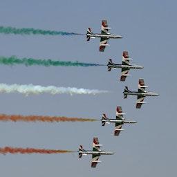 نمایش پیکانهای سه رنگ ایتالیایی، توسط تیم ایروباتیک در نمایشگاه هوایی دبی؛ امارات، ۲۵ آبان ۱۳۸۸/  ۱۶ نوامبر ۲۰۰۹. (عکس از گتی ایمیجز)