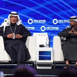 حضور عبدالعزیز بن سلمان آل سعود، وزیر انرژی عربستان (چپ) و سهیل المزروعی، همتای اماراتی وی، در اجلاس سران در ابوظبی؛ امارات، ۲۴ دی ۱۳۹۸/ ۱۴ ژانویه ۲۰۲۰ (عکس از گتی ایمیجز)