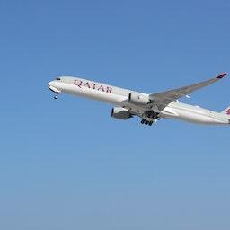 یک هواپیمای قطر ایرویز در حال برخاستن از فرودگاه بینالمللی حمد در نزدیکی دوحه؛ ۲۲ دی ۱۳۹۹/ ۱۱ ژانویه ۲۰۲۱. (عکس از گتی ایمیجز)