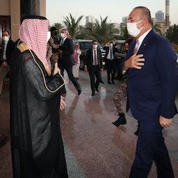 وزير الخارجية السعودي فيصل بن فرحان آل سعود (إلى اليسار) يرحب بنظيره التركي مولود جاويش أوغلو في المملكة العربية السعودية في 11 مايو/ أيار 2021 (الصورة عبر غيتي إيماجز)