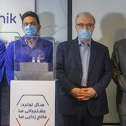وزير الصحة سعيد نمكي وسفير طهران في موسكو خلال حفل الكشف عن إنتاج سبوتنيك V في إيران. 26 يونيو/ حزيران 2021 (تصوير عباس شريعتي عبر وكالة أنباء تسنيم للأنباء)