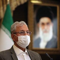 المتحدث باسم الحكومة الإيرانية علي ربيعي يجيب على أسئلة الصحفيين في طهران. 6 أكتوبر/ تشرين الأول 2020 (الصورة عبر غيتي إيماجز)