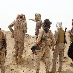 جنگجویان وفادار به دولت یمن که مورد حمایت عربستان است، در حال تقسیم نفرات؛ استان مأرب، ۲۹ خرداد ۱۴۰۰/ ۱۹ ژوئن ۲۰۲۱. (عکس از گتی ایمیجز)