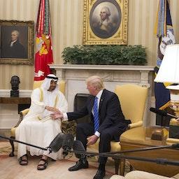 الرئيس الأميركي آنذاك دونالد ترامب يرحب بولي عهد أبوظبي محمد بن زايد آل نهيان في المكتب البيضاوي. 15 مايو/ أيار 2017 (الصورة عبر غيتي إيماجز)