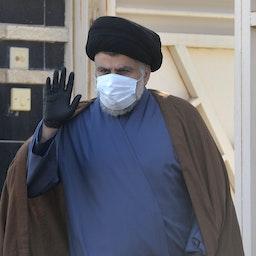 مقتدی صدر، روحانی و سیاستمدار عراقی، خارج خانهی خود در شهر مقدس نجف دست تکان میدهد؛ عراق، ۲۲ بهمن ۱۳۹۹/ ۱۰ فوریه ۲۰۲۱. (عکس از گتی ایمیجز)
