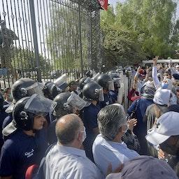 نیروهای امنیتی تونس، معترضان را در مقابل ساختمان پارلمان عقب نگه میدارند؛ تونس، ۴ مرداد ۱۴۰۰/ ۲۶ ژوئیه ۲۰۲۱. (عکس از گتی ایمیجز)