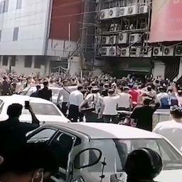 متظاهرون خارج مركز علاء الدين للتسوق في طهران، إيران. 26 يوليو/ تموز 2021 (الصورة من موقع تجارات نيوز)
