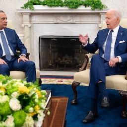 الرئيس الأميركي جو بايدن يتحدث مع رئيس الوزراء العراقي مصطفى الكاظمي في البيت الأبيض. 26 يوليو/ تموز 2021 (الصورة عبر غيتي إيماجز)