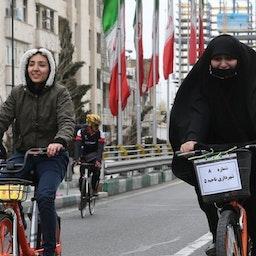 إيرانيتان تركبان الدراجة الهوائية في طهران، 1 مارس/آذار2019 (تصوير حميد فروتان عبر وكالة أنباء إيسنا)