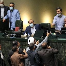 نواب إيرانيون حول منصة البرلمان خلال جلسة نيابية في طهران. 28 يوليو/ تموز 2021 (الصورة عبر وكالة أنباء مجلس الشورى الإسلامي)