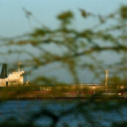 یک نفتکش، در حال لنگراندازی در پایانهی نفتی واقع در جزیرهی خارک؛ سواحل خلیجفارس، ایران. ۲۳ اسفند ۱۳۷۸. (عکس از گتی ایمیجز)