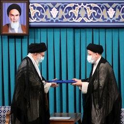المرشد الأعلى الإيراني آية الله علي خامنئي ينصب إبراهيم رئيسي رئيسًا في طهران. 3 أغسطس/ آب 2021 (الصورة عبر الموقع الرسمي لخامنئي)