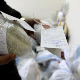 نمایش مواد مخدر، و قرصهای کپتاگون توقیفشده، توسط پلیس؛ دمشق، ۱۴ دی ۱۳۹۴/ ۴ ژانویه ۲۰۱۶. (عکس از گتی ایمیجز)