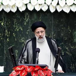 ابراهیم رئیسی، رئیسجمهور ایران، در حال سخنرانی در مراسم تحلیف خود؛ تهران، ۱۴ مرداد ۱۴۰۰. (عکس از گتی ایمیجز)