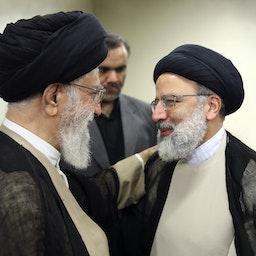 المرشد الأعلى لإيران آية الله علي خامنئي (إلى اليسار) والرئيس الحالي إبراهيم رئيسي (يمين) في طهران، 7 مارس/آذار 2019 (الصورة من موقع المرشد الأعلى الإيراني)