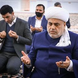 رئيس إدارة مسلمي القوقاز ومقرها باكو، شكر الله باشا زاده، يؤدي صلاة على الجنود القتلى في باكو، 4 ديسمبر/كانون الأول 2020 (الصورة عبر غيتي إيماجز)