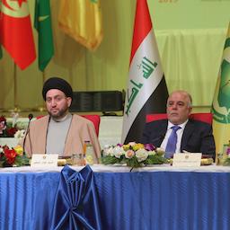 عمار الحکیم، رهبر جریان حکمت عراق (چپ)، در کنار نخستوزیر وقت، حیدر العبادی؛ بغداد، ۱۱ بهمن ۱۳۹۳/ ۳۱ ژانویه ۲۰۱۵. (عکس از گتی ایمیجز)