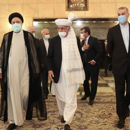 الرئيس الإيراني إبراهيم رئيسي (إلى اليسار) والدبلوماسي الإيراني الكبير حسين أمير عبد اللهيان في طهران في 5 أغسطس/آب 2021 (الصورة عبر تويتر / jamarannews@)