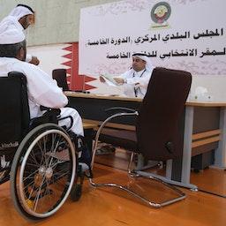 حضور یک مرد قطری در یک حوزهی رأیدهی، برای رأیدادن در انتخابات شهرداری؛ دوحه، ۲۳ اردیبهشت ۱۳۹۴/ ۱۳ می ۲۰۱۵. (عکس از گتی ایمیجز)