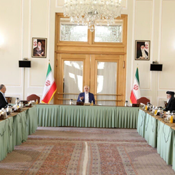 المرشد الأعلى الإيراني آية الله علي خامنئي (إلى اليمين) يلتقي الرئيس الأفغاني أشرف غني في طهران في 23 مايو/ أيار 2016. (الصورة عبر موقع الخامنئي الرسمي)
