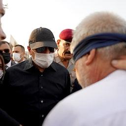 رئيس الوزراء العراقي مصطفى الكاظمي والقاتل المزعوم لرئيس البلدية الراحل عبير سالم الخفاجي في مسرح الجريمة في كربلاء في 11 أغسطس/آب 2021 (الصورة عبر تويتر المكتب الإعلامي لرئيس الوزراء)