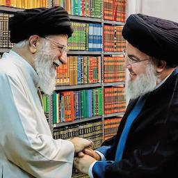 المرشد الأعلى الإيراني آية الله علي خامنئي (إلى اليسار) يلتقي زعيم حزب الله اللبناني حسن نصر الله في طهران. (صورة غير مؤرخة عبر موقع الخامنئي الرسمي )