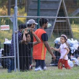 مهاجران، در اردوگاهی در نزدیکی شهر مرزی کاپچیامیستیس؛ لیتوانی، ۲۷ تیر ۱۴۰۰/ ۱۸ ژوئیه ۲۰۲۱. (عکس از گتی ایمیجز)