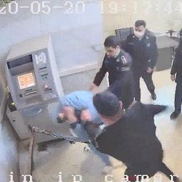 سجين يتعرض للضرب على يد حارس في سجن إيفين بطهران في لقطات كاميرات مراقبة مسربة من 20 مايو/ أيار2020. (الصورة عبر وسائل التواصل الاجتماعي)