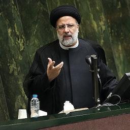 الرئيس الإيراني إبراهيم رئيسي يدافع عن وزرائه المقترحين في البرلمان في 25 أغسطس/آب 2021. (الصورة لمقداد مدادي عبر وكالة تسنيم للأنباء)