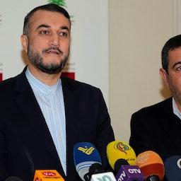 حسین امیرعبداللهیان (چپ) در حال برگزاری یک کنفرانس مطبوعاتی؛ بیروت، لبنان، ۵ بهمن ۱۳۹۵/ ۲۴ ژانویه ۲۰۱۷. (عکس از گتی ایمیجز)