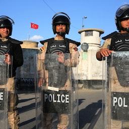 شرطة مكافحة الشغب العراقية تحمي السفارة التركية في بغداد، بعد دعوات على وسائل التواصل الاجتماعي للاحتجاج على تعهدات تركيا بغزو سنجار، 18 فبراير/ شباط 2021. (الصورة عبر غيتي إيماجز)