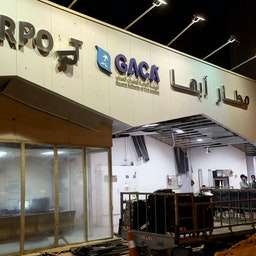 ورودی آسیبدیدهی فرودگاه ابها در عربستان پس از حملهی پهپادی در ۹ شهریور ۱۴۰۰/ ۳۱ اوت ۲۰۲۱. (عکس از گتی ایمیجز)