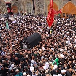 سوگواران، در مراسم تشییع آیتالله العظمی محمد سعید الحکیم؛ نجف، ۸ شهریور ۱۴۰۰/ ۵ سپتامبر ۲۰۲۱. (عکس از گتی ایمیجز)