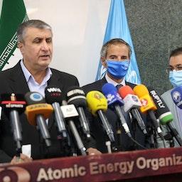 المدير العام للوكالة الدولية للطاقة الذرية رافائيل غروسي ورئيس منظمة الطاقة الذرية الإيرانية محمد إسلامي في مؤتمر صحفي مشترك في طهران في 12 سبتمبر/أيلول 2021. (الصورة عبر غيتي إيماجز)