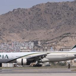 هواپیمای پاکستانی، اولین پرواز تجاری بینالمللی ورودی به افغانستان، پس از تصرف افغانستان توسط طالبان؛ کابل، ۲۲ شهریور ۱۴۰۰/ ۱۳ سپتامبر ۲۰۲۱. (عکس از گتی ایمیجز)