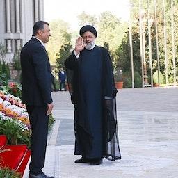 الرئيس الإيراني إبراهيم رئيسي (يمين) خلال حضوره قمة منظمة شنغهاي للتعاون في دوشانبي، طاجيكستان. 17 سبتمبر/ أيلول 2021 (الصورة عبر الموقع الرسمي للرئاسة الإيرانية)