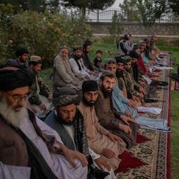 طالبانیها در حال ادای نماز مغرب؛ کابل، افغانستان، ۲۹ شهریور ۱۴۰۰/ ۲۰ سپتامبر ۲۰۲۱. (عکس از گتی ایمیجز)
