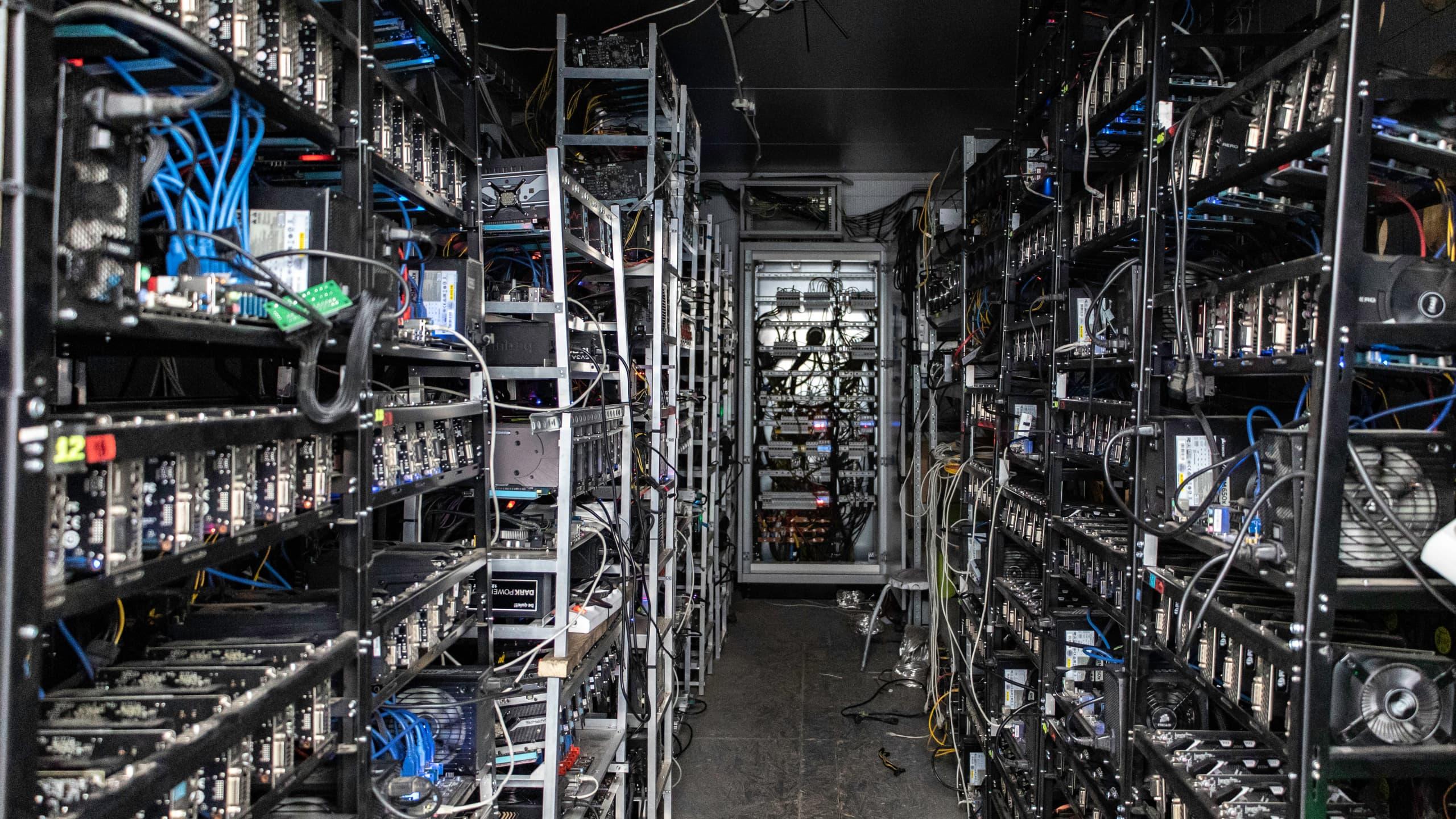 Wnętrze kontenera z koparkami kryptowalut