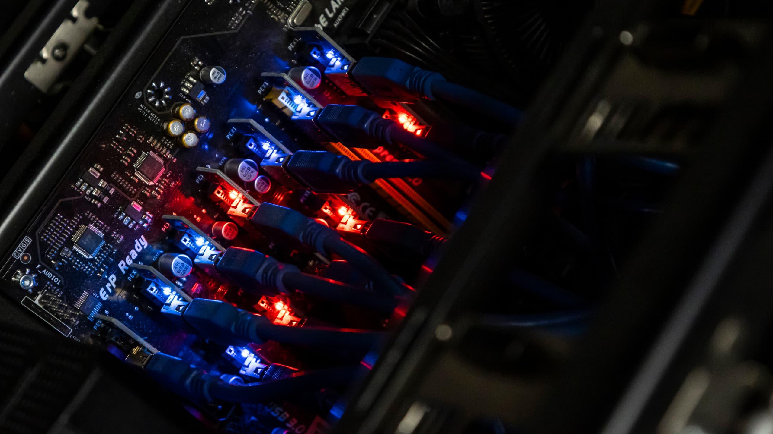 Połączenie kart graficznych z płytą główną, czerwone i niebieskie diody