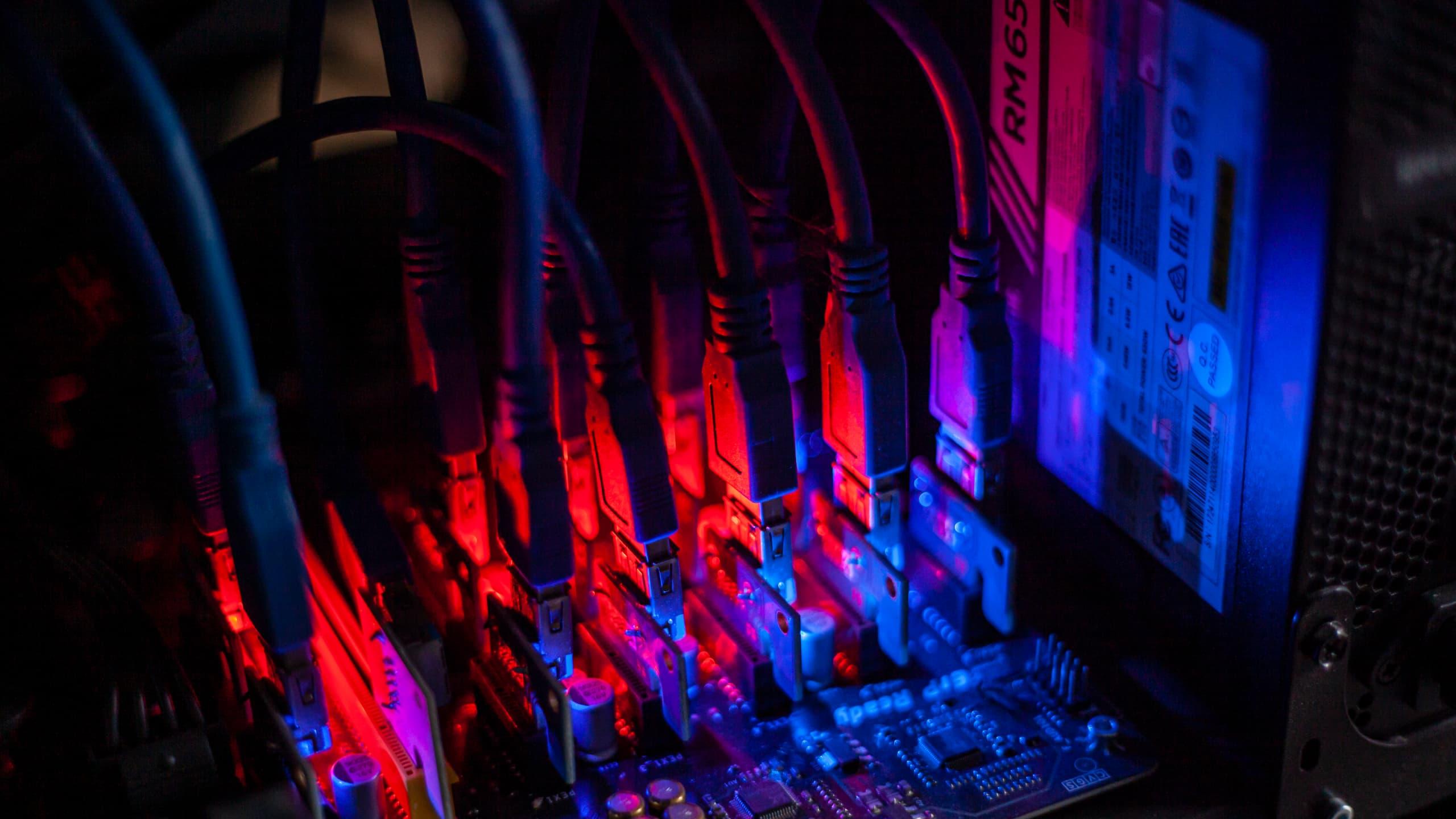 Sygnalizacja niebieskimi i czerwonymi diodami o stanie koparki kryptowalut