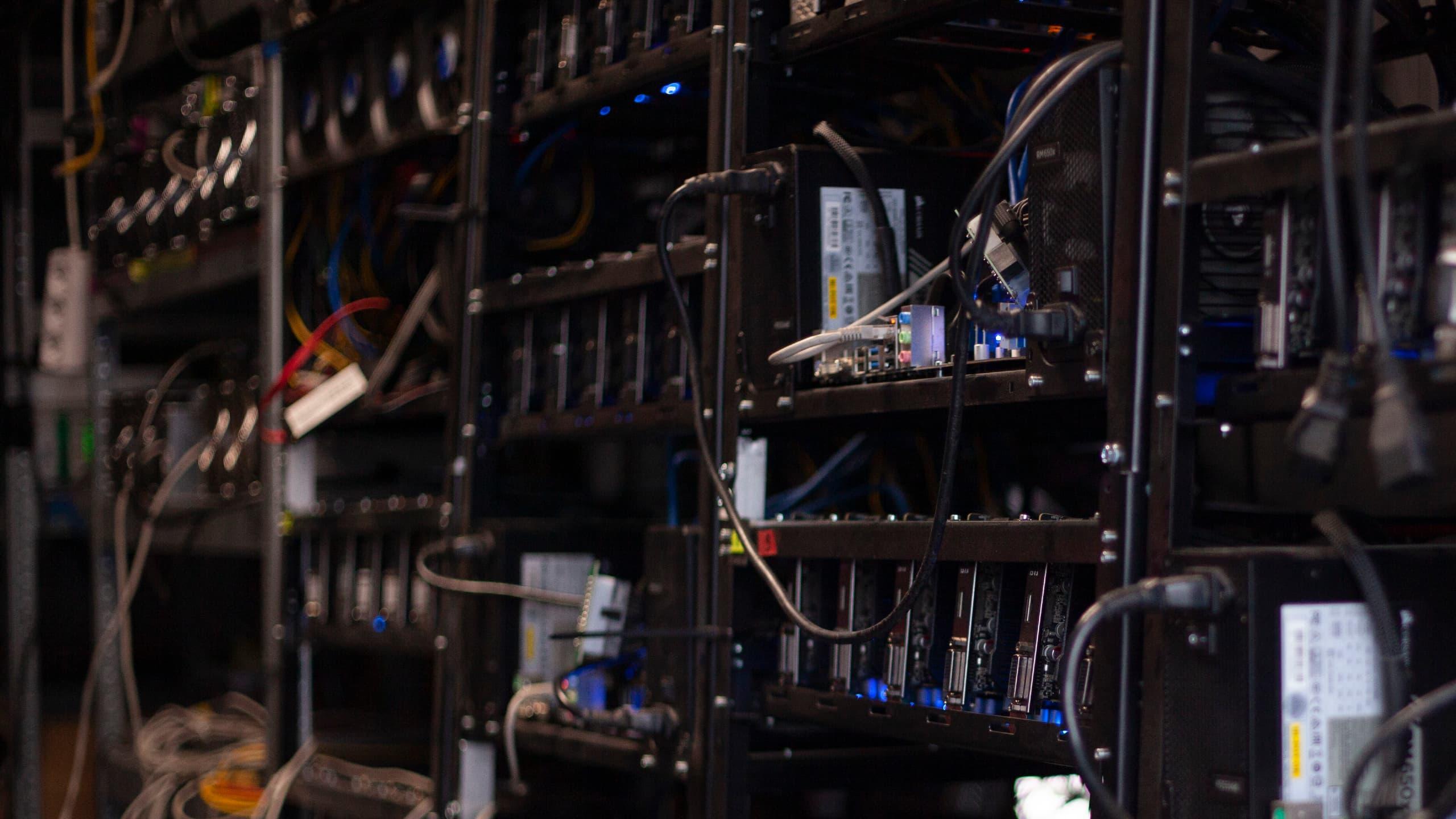 Setki koparek kryptowalut w specjalnie do tego przeznaczonej szafie metalowej