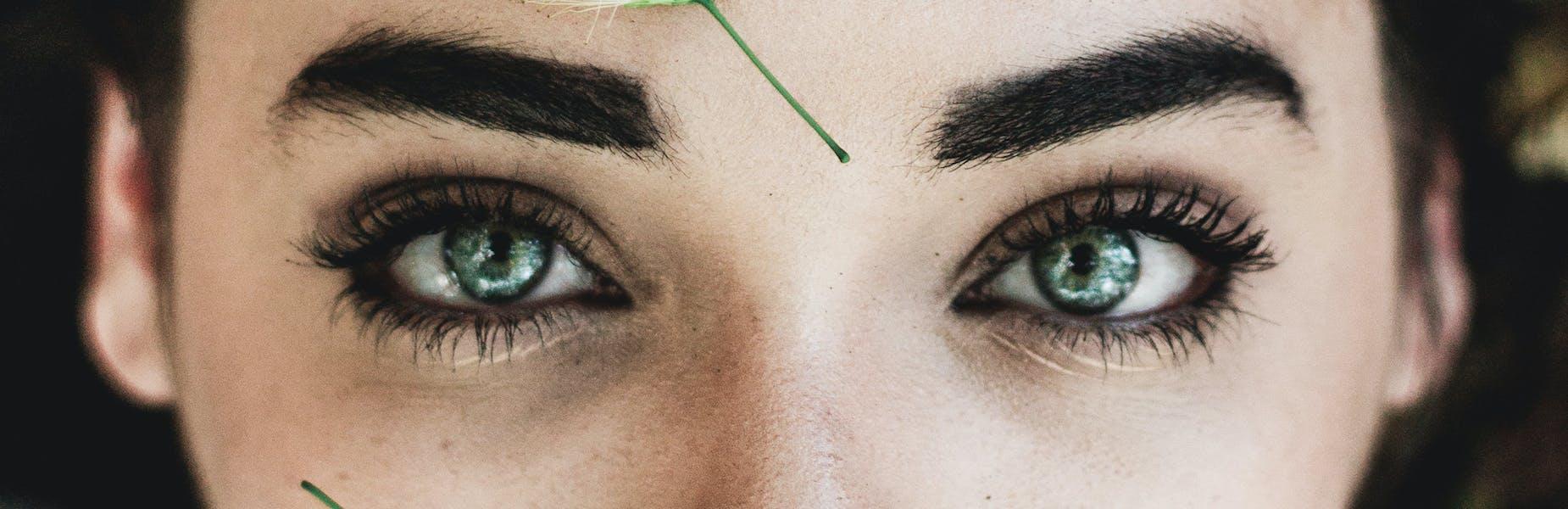 Come truccare gli occhi azzurri per metterli in risalto - L'Officiel Italia
