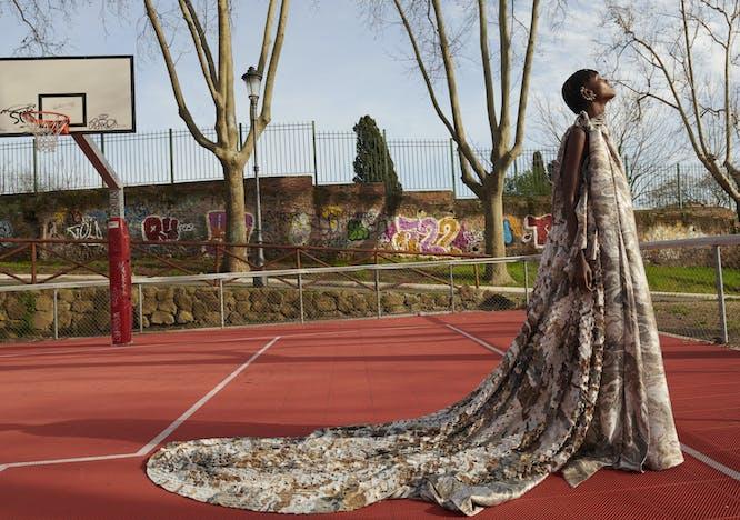 Mantella in mosaico di visone rasato sovrapposta a abito di jacquard di seta marmorizzata tagliato con una sciarpa drappeggiata con ricamo di perline e orecchini, FENDI.