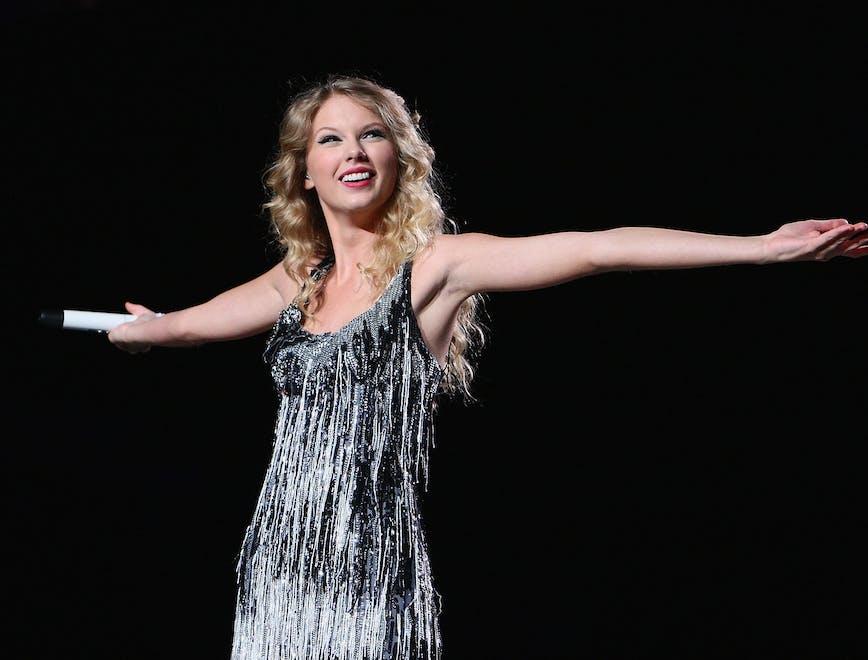 Taylor Swift durante un concerto per il tour di Fearless