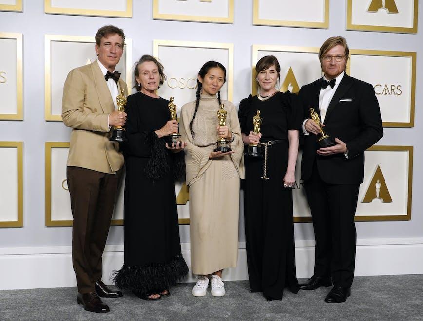 Francesc McDormand (in Valentino) posa insieme al cast e alla regista Chloe Zhao