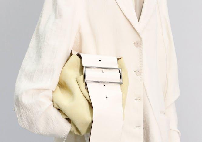 modella cammina con grande borsa gialla sotto braccio, ACNE STUDIO  primavera esstate 2021